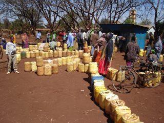 File d'attente pour remplir des bidons d'eau