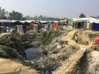 Cours d'eau polluée dans un bidonville