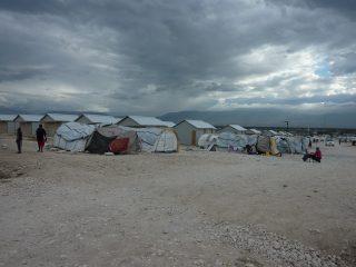 camp d'aide aux personnes en détresse dans une zone désertique