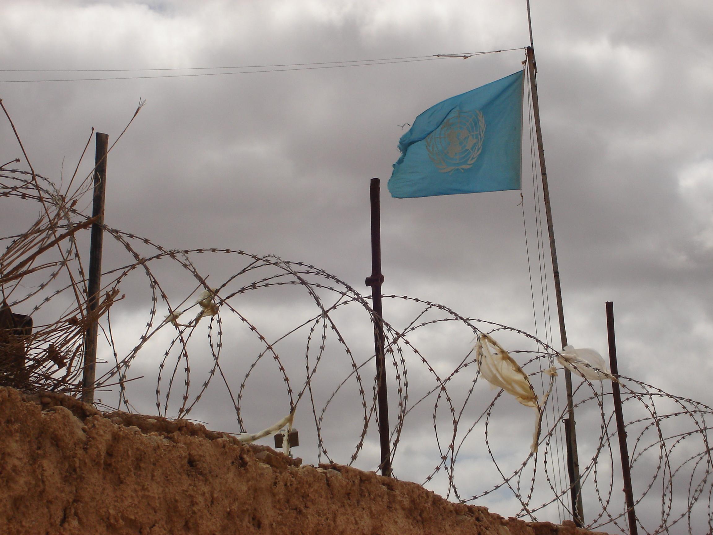 Drapeau ONU dans une base fortifié avec des barbelés