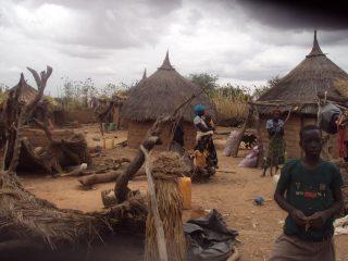 Habitants d'un petit village de case regroupé au centre du village